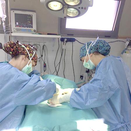 Cirujanos operando en el Albergue Insular de Gran Canaria